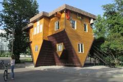 дом вверх дном в Москве